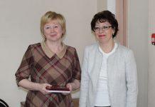 С.В.Клюзина награждает уполномоченного по ВСХП-2016 по Юрьевецкому муниципальному району Е.Г.Козлову