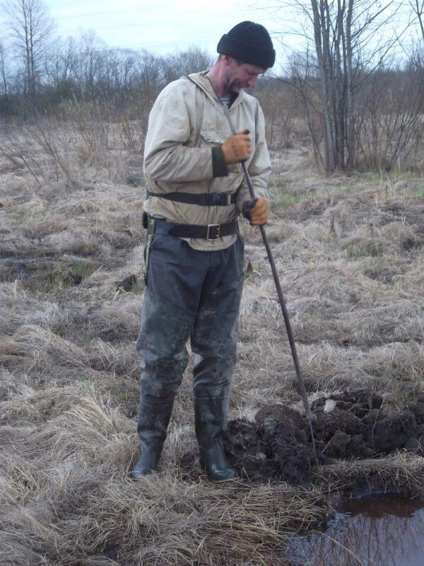 Иногда найти останки погибшего красноармейца можно только с помощью щупа.