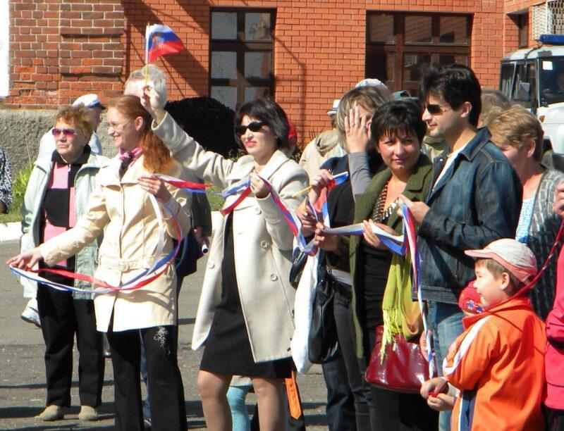 Российскому флагу - ура!