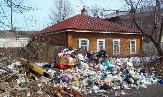 мусор у дома