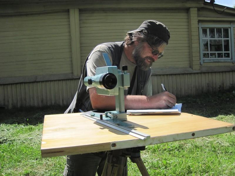 Руководитель экспедиции И.В.Купцов проводит топографическую съемку