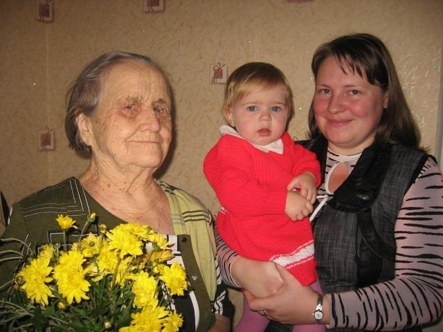Е.И. Антонова с внучкой Любой и правнучкой Настей