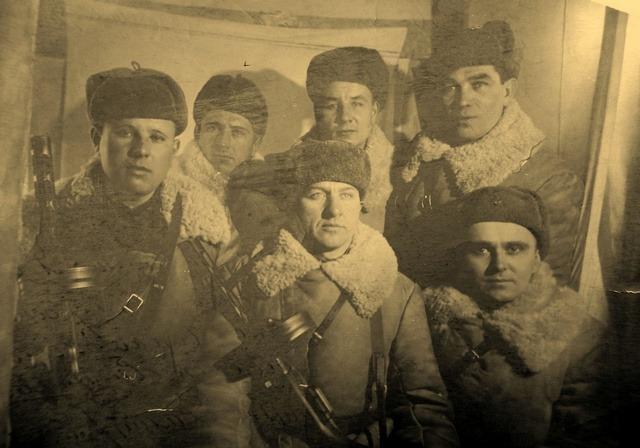 Дмитрий Удальчиков (в центре внизу) с боевыми друзьями 16 января 1942 года.