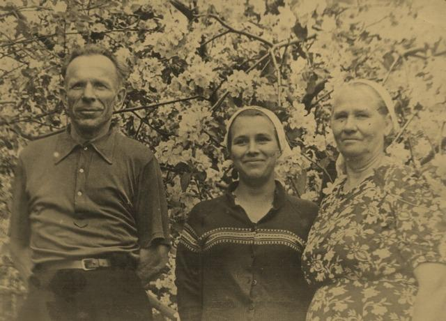 С мамой и папой в своем саду_