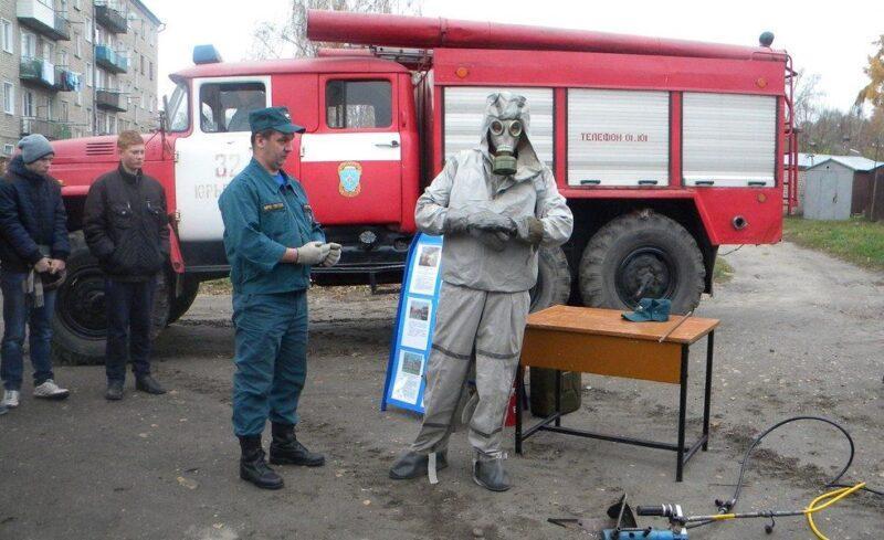 Демонстрация костюма химической защиты