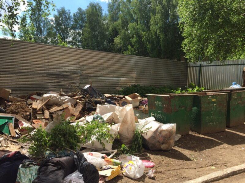 Кто должен отвечать зауборку навалов мусора рядом сконтейнерными площадками
