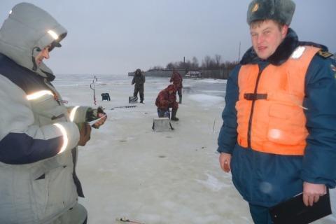 Любителей подледного лова на Горьковском водохранилище предупредили о неблагоприятной ледовой обстановке