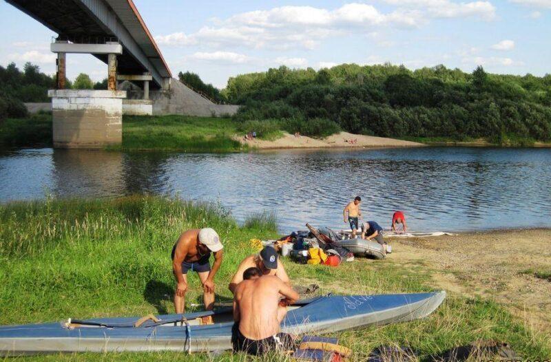 Подготовка к сплаву у моста в Мантурово