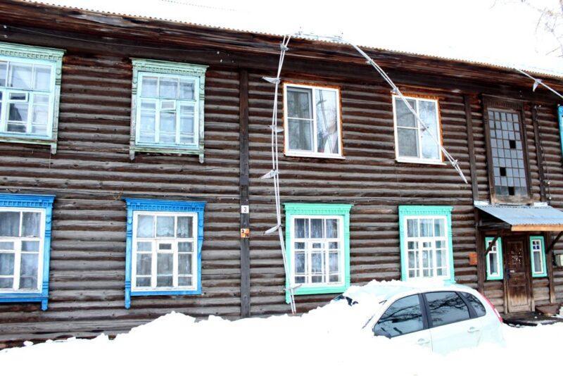 Глыба снега упала на автомобиль в Юрьевце