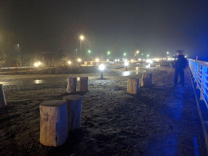 Ночной вид благоустроенной набережной (фото)