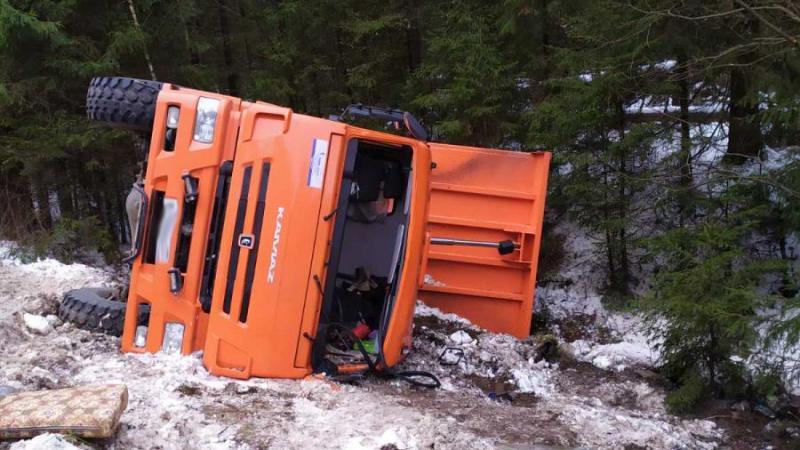 Мусоровоз перевернулся в Ивановской области, пострадали два человека
